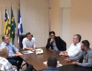 acf9e1398 GABINETE DO PREFEITO   Prefeito Vinícius Luz recebe assessor.